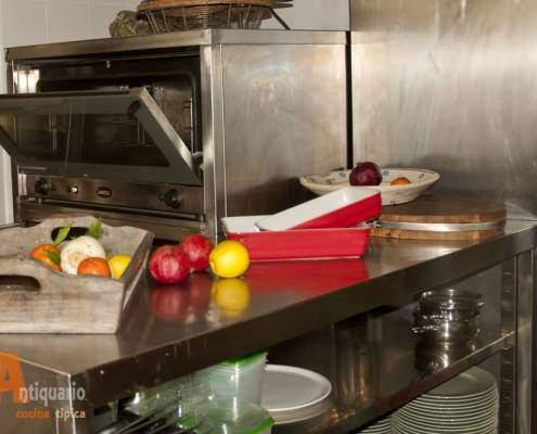 In cucina a Lecce dall'antiquario Cucina Tipica Pugliese